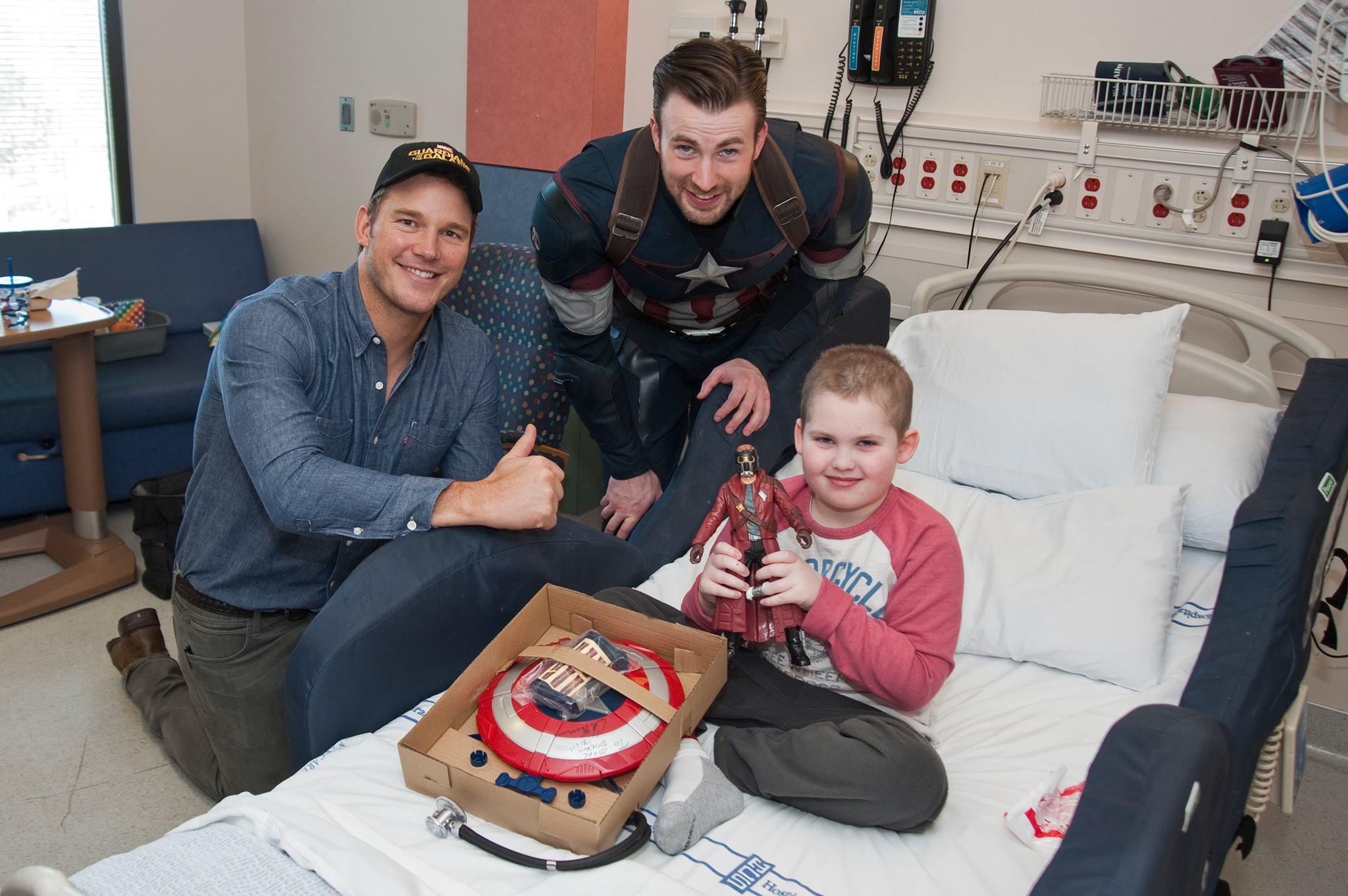 Capitão América visita hospital infantil