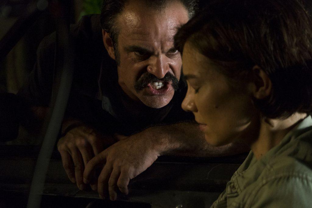 Simon ameaçando Maggie