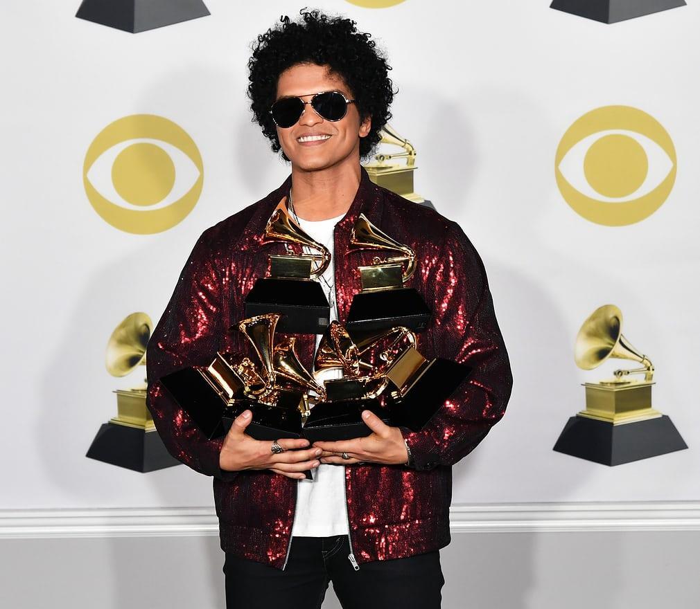 Bruno Mars com seus douradinhos
