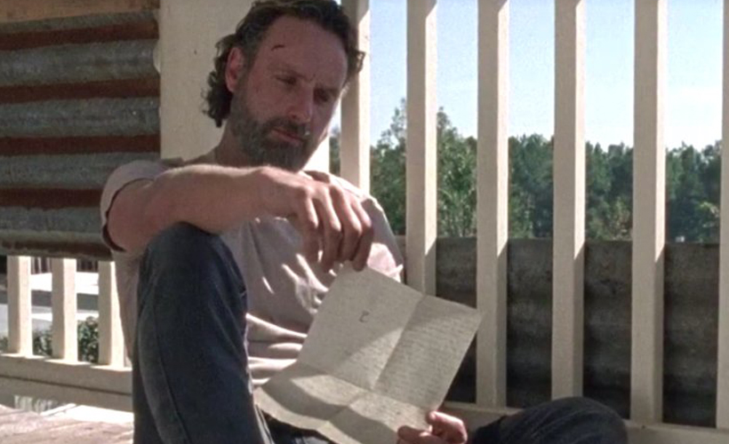 Rick lendo que Carl deixou para ele.