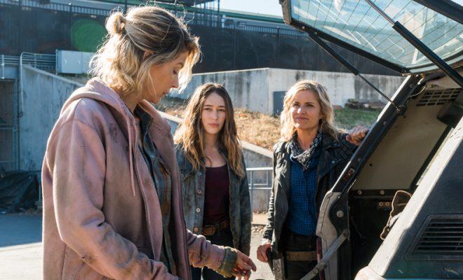 Alicia e Naomi mostrando o que encontraram para Madison